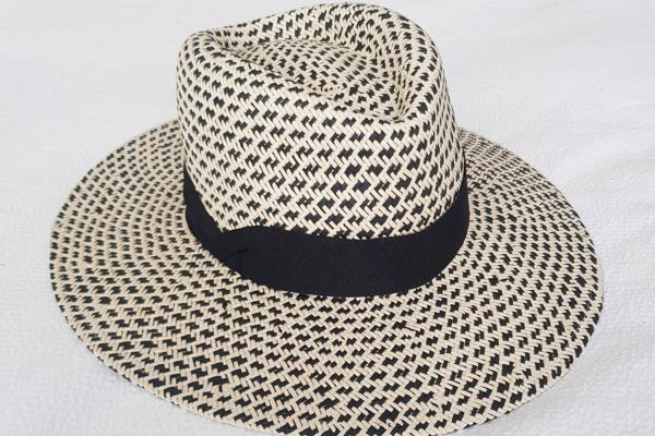sombrero blanco y negro