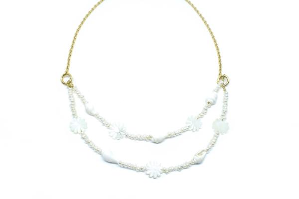 Gargantilla Choker Blanca con flores y perlas