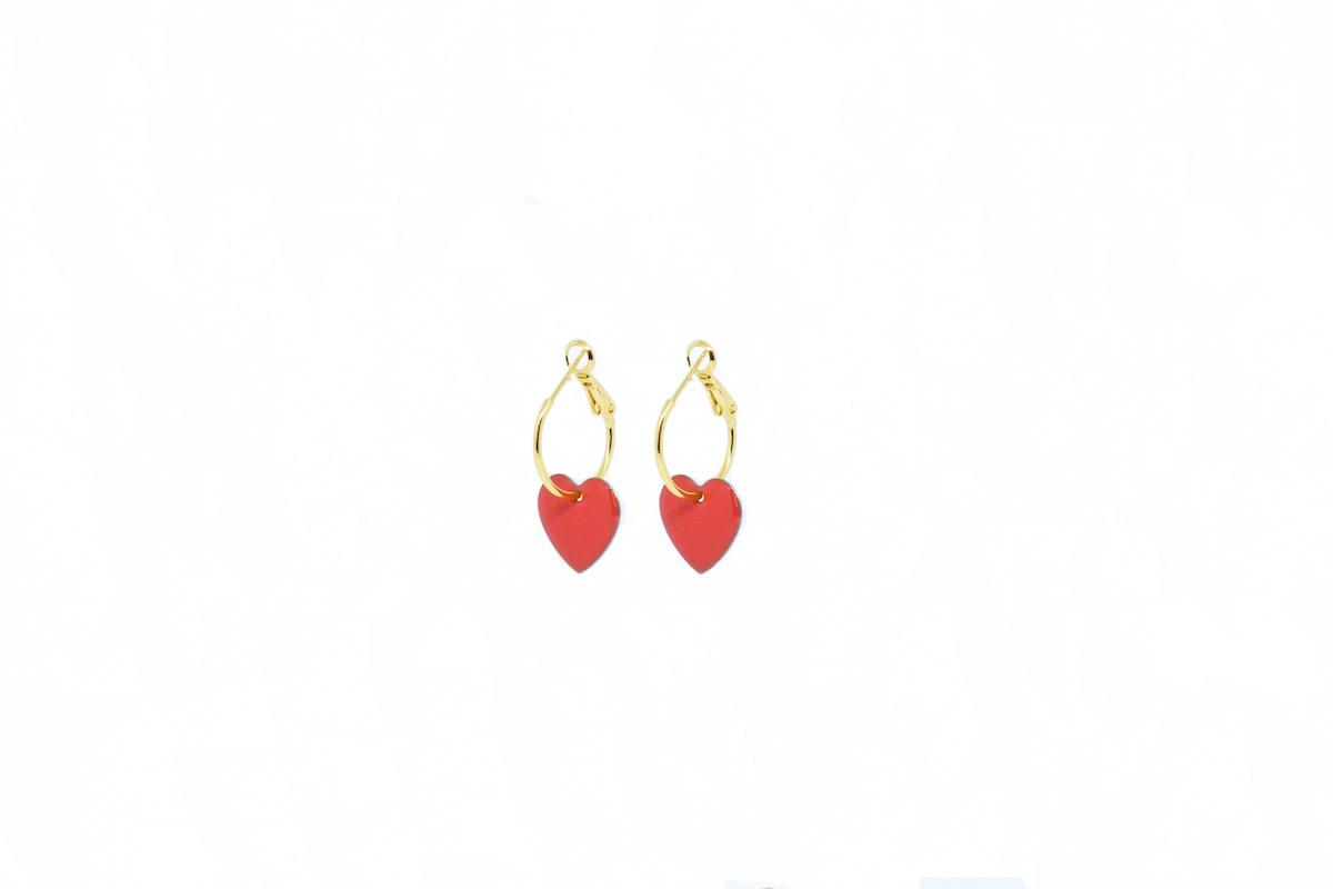 Aros Corazón Coral, de latón dorado con corazón de esmalte